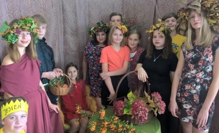 Jesienna sesja zdjęciowa na lekcji plastyki w klasie 7